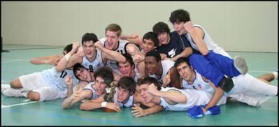 Els Jugadors del CB. Hospitalet celebrant la victoria del Campionat de Catalunya.
